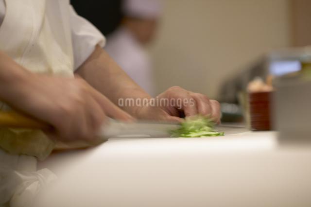 きゅうりを切る手の写真素材 [FYI01355749]