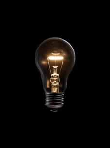 黒バックに発熱して光る電球の写真素材 [FYI01355760]