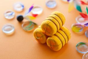 ミニチュアの米俵と羽子板の羽根とおはじきの写真素材 [FYI01356063]