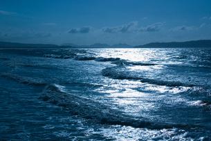 光り反射する海の写真素材 [FYI01356106]