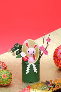 竹筒の中でニンジンを持った兔と扇子と毬の写真素材 [FYI01356303]