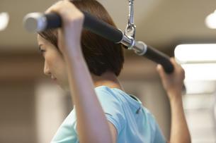 ジムでトレーニングする女性の写真素材 [FYI01356613]