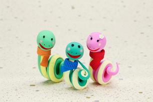 マフラーをしたヘビの家族の写真素材 [FYI01356927]