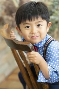 いすに座る男の子の写真素材 [FYI01357077]