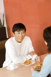 カフェで話している中高年カップルの写真素材 [FYI01357242]