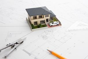 住宅模型と設計図の写真素材 [FYI01357526]