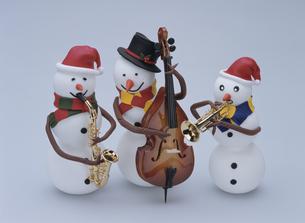 楽器を演奏する3人の雪だるまの写真素材 [FYI01357642]