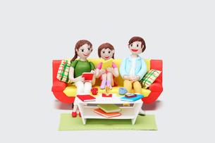 リビングルームでタブレットを操作する親子のイラスト素材 [FYI01357704]