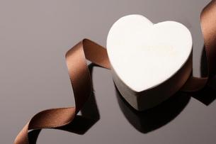 ハート型の箱とリボンの写真素材 [FYI01357785]