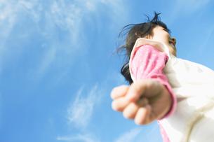 青空の中で走る女の子の写真素材 [FYI01357971]