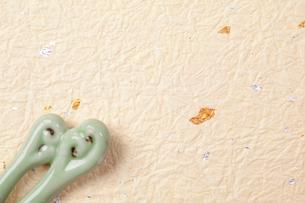 金箔の入った和紙と箸置きの写真素材 [FYI01358027]