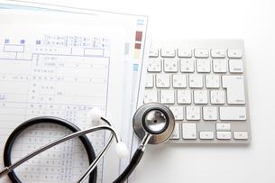 聴診器と診療録の写真素材 [FYI01358207]