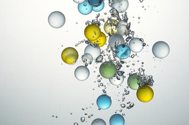 水中のビー玉の写真素材 [FYI01358232]