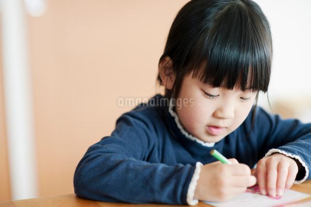 塗り絵をする女の子の写真素材 [FYI01358462]
