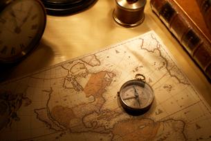 コンパスとアンティークの世界地図の写真素材 [FYI01358568]