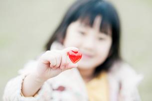 ハートを持つ女の子の写真素材 [FYI01358841]