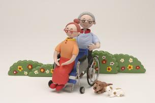 シニア男性と車椅子に乗るシニア女性の写真素材 [FYI01358895]
