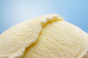 重なるバニラのアイスクリームの写真素材 [FYI01358921]