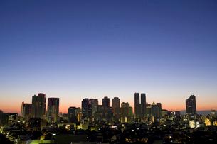 新宿高層ビル群の夜明けの写真素材 [FYI01358936]