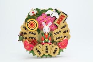 新年の挨拶をする兔と蓑の写真素材 [FYI01358957]