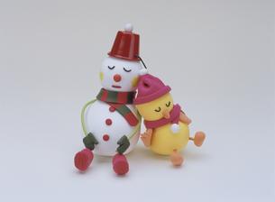 眠るヒヨコと雪だるまの写真素材 [FYI01358995]