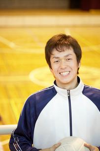 バレーボールを持つ男子高校生の写真素材 [FYI01359019]
