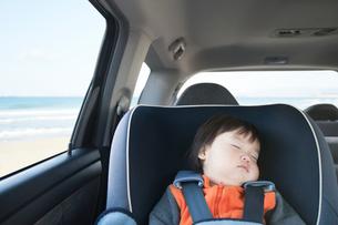 チャイルドシートで眠る赤ちゃんの写真素材 [FYI01359357]