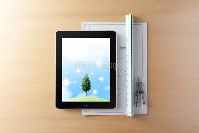 図面とタブレット型コンピュータの写真素材 [FYI01359366]