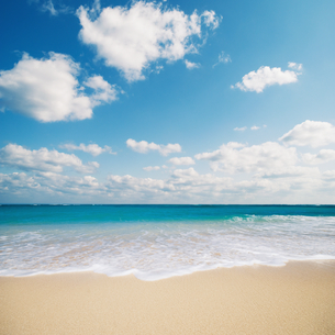 綺麗な海で打ち寄せる波の写真素材 [FYI01359433]