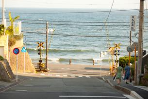 江ノ電の踏切の写真素材 [FYI01360026]