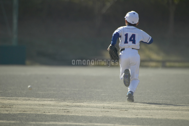 走る少年の後姿の写真素材 [FYI01360159]