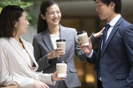 コーヒーブレーク中のビジネス男女の写真素材 [FYI01360180]