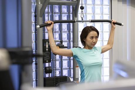 ジムでトレーニングする女性の写真素材 [FYI01360214]