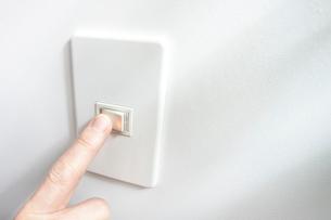 昼間に電気を消したときのスイッチと手の写真素材 [FYI01360273]