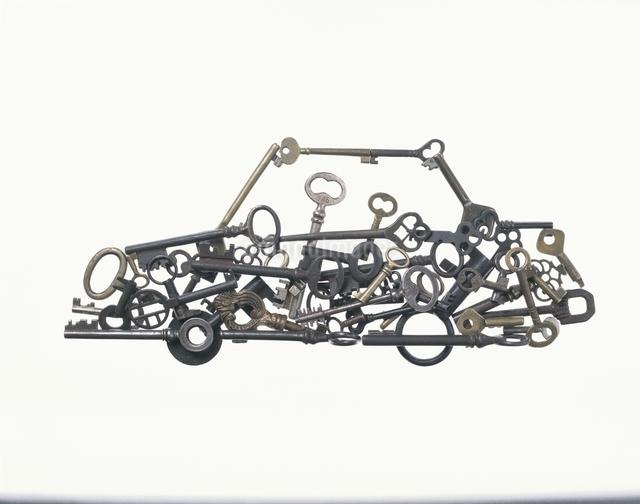 車の形に置いた鍵の写真素材 [FYI01360294]