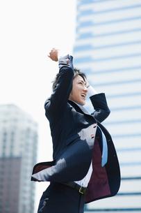 ジャンプするビジネスマンの写真素材 [FYI01360341]