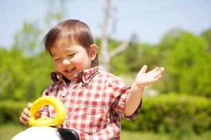 パンダの遊具で遊ぶ幼児の写真素材 [FYI01360417]