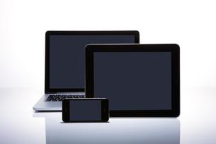 繋がるパソコンとタブレットとスマートフォン の写真素材 [FYI01360508]