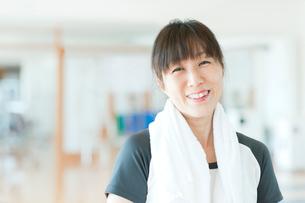 ジムで休憩中の日本人女性の写真素材 [FYI01360605]