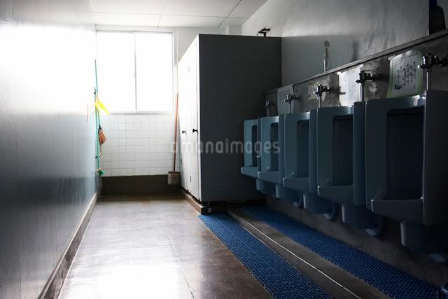 男子トイレの写真素材 [FYI01361646]