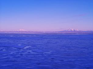 海別岳と斜里岳とオホーツクの流氷の写真素材 [FYI01362447]