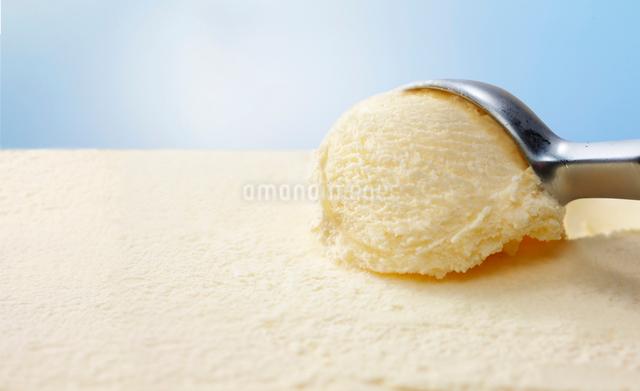 スクープされるバニラのアイスクリームの写真素材 [FYI01362478]