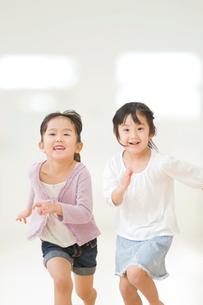 走る二人の女の子の写真素材 [FYI01362522]