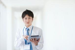 タブレットを操作するビジネスマンの写真素材 [FYI01362812]