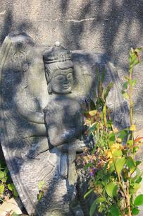 路傍の観音石像の写真素材 [FYI01362824]