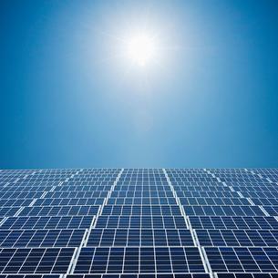 太陽とソーラーパネルの写真素材 [FYI01363023]