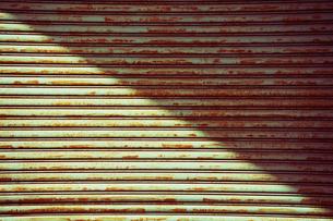 錆びたシャッターと光りの写真素材 [FYI01363107]