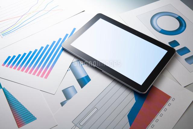 タブレット端末とグラフ資料の写真素材 [FYI01363199]