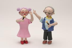 カラオケをするシニア夫婦の写真素材 [FYI01363345]