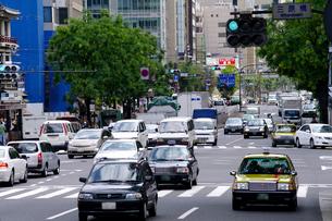 道路を走る車の写真素材 [FYI01363377]